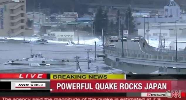 On en a parlé : séisme au Japon, le tsunami emporte tout. Les vagues déferlantes occasionnent des dégâts considérables. © CNN
