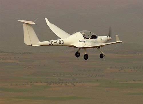 Le Dimona transformé par Boeing, en vol. Crédit : Boeing