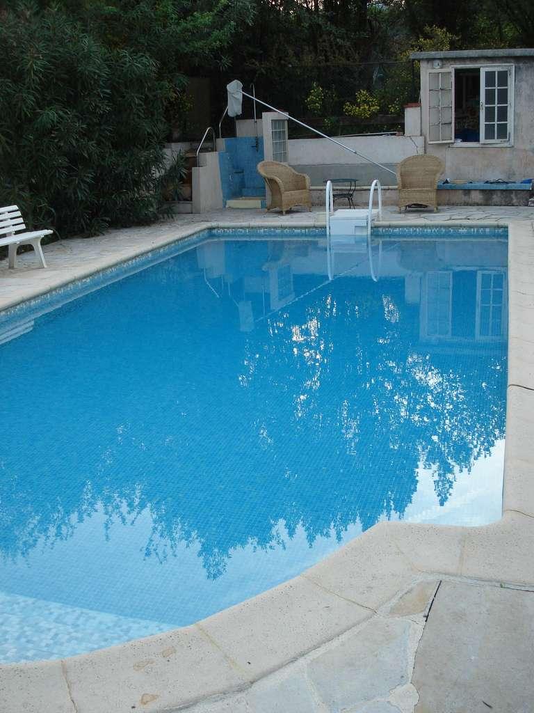 La maçonnerie d'une piscine nécessite de grands travaux et des autorisations des pouvoirs publics. © Teewee.eu, Flickr, CC BY-SA 2.0