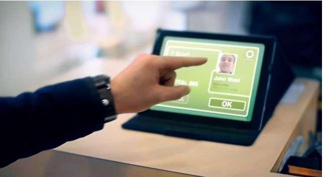 Pour valider un achat, le client doit cliquer cliquant « OK » sur l'écran tactile. Uniqul a précisé à Futura-Sciences que dans les cas où la reconnaissance faciale ne parviendra pas à identifier une personne enregistrée, celle-ci devra alors entrer un code secret. © Uniqul