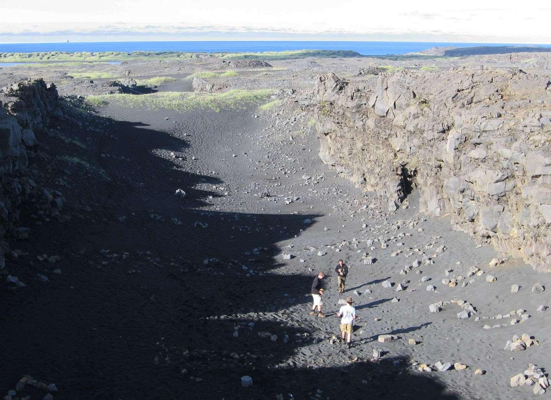 L'Islande est, avec l'Afar, l'une des deux régions au monde où l'on peut voir un rift océanique à l'air libre. La totalité de l'île a été produite par l'activité volcanique, ce qui s'accorde bien avec l'hypothèse d'un point chaud dans le manteau de la Terre. © Allison Gale, University of Wisconsin