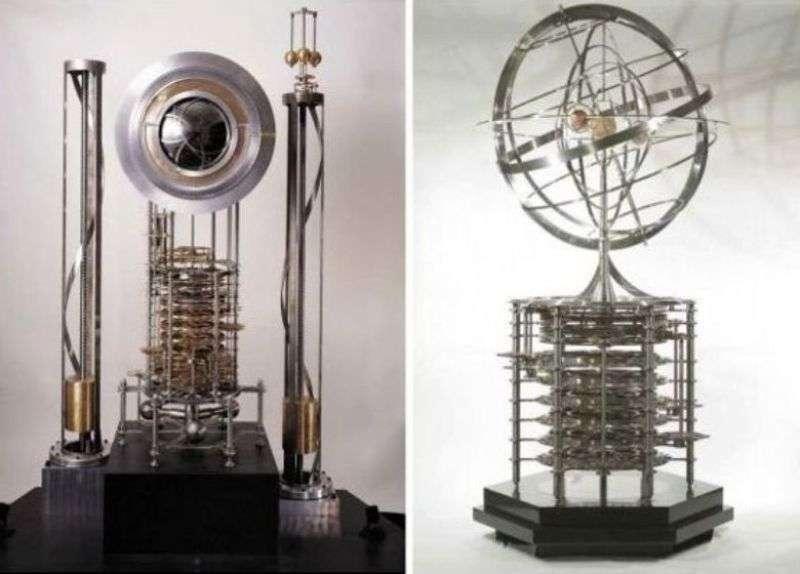 Un prototype de l'Horloge du Long Maintenant avec à sa gauche celui du planétaire associé. Rappelons qu'un planétaire désigne désigne un ensemble mécanique mobile, figurant le Système solaire (le Soleil et ses planètes) en tout ou partie. © Softpedia