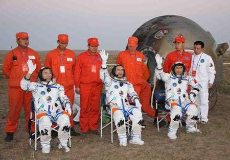Devant la capsule de Shenzhou 7, Zhai Zhigang, Liu Boming et Jing Haipeng saluent le peuple chinois juste après leur retour sur Terre, dimanche 28 septembre 2008. © Xinhua