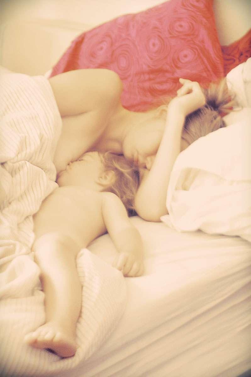 L'allaitement exclusif est recommandé par l'Organisation mondiale de la santé (OMS) dans les six premiers mois de la vie du nourrisson. Elle conseille ensuite de continuer l'allaitement tout en l'accompagnant d'une nourriture solide et équilibrée pendant au moins deux ans. Selon cette étude, l'allaitement favoriserait l'implantation de la flore intestinale chez le bébé. © Natasha Mileshina, Flickr, cc by nc 2.0