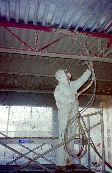 Pulvérisation d'un plâtre ignifuge pour protéger une structure en acier. © Achim Hering, Domaine public, Wikimedia Commons