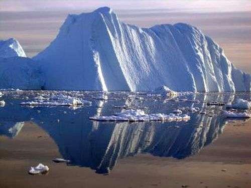 Un iceberg détaché suite à la fonte du glacier Jacobshavn en 2005. Crédit Université du Colorado