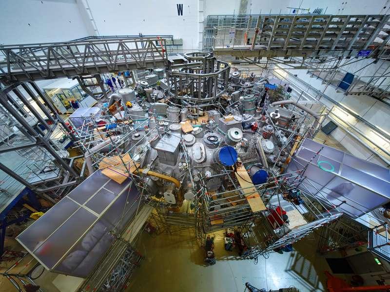 Une vue du stellarator Wendelstein 7-X au moment de l'achèvement de sa construction. Il va surtout servir à vérifier qu'il est possible de confiner un plasma de façon stable. Ce n'est qu'une machine expérimentale qui n'ira pas jusqu'à réaliser la fusion nucléaire. © Bernhard Ludewig/IPP