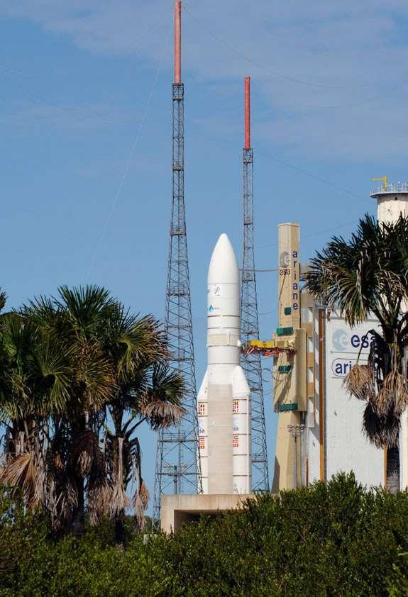 Un mois après la première tentative de décollage, une Ariane 5 ECA est de nouveau sur son pas de tir, prête à décoller avec ses deux satellites. © Cnes/Arianespace/CSG