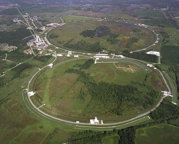 Une vue aérienne du Fermilab, à Batavia (Etat de l'Illinois) et des deux anneaux du Tevatron. Crédit : Fermilab