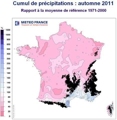 La France a connu un automne 2011 exceptionnellement chaud, extrêmement sec sur une grande partie du pays. Les pluies de l'automne ont été très contrastées. Elles ont été nettement excédentaires sur les zones méditerranéennes, mais très largement déficitaires partout ailleurs. Dans l'Ouest, le Sud-Ouest et le Nord-Est, les déficits de précipitations ont été souvent supérieurs à 50 %, parfois même à 60 %. Les régions en noir sur la carte sont les reliefs montagneux. Le cumul des précipitations est exprimé en pourcentage : en rose, un pourcentage nul signifie un déficit de précipitation, en bleu un excès de précipitation. © Météofrance, cc by-nc-sa-2.0