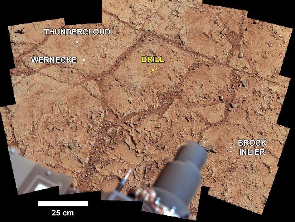 Image composée de plusieurs photographies prises avec la caméra de mât (la Mastcam) du rocher baptisé John Klein. Elle montre les quatre emplacements envisagés pour forer et réaliser un prélèvement de roche, baptisé de différents noms que l'on voit mentionnés sur l'image. Après analyse par le spectromètre à rayons X et particules alpha (APXS), une inspection rapprochée, en macroscopie, par la caméra Mahli, voire un dépoussiérage avec la brosse du DRT (Dust Removal Tool) et une analyse par l'instrument ChemCam, le choix s'est porté sur l'emplacement indiqué ici par Drill. Le nombre de prélèvements réalisables par Curiosity lors des deux ans de sa mission est en effet limité, et il faut choisir judicieusement. © Nasa, JPL-Caltech, MSSS