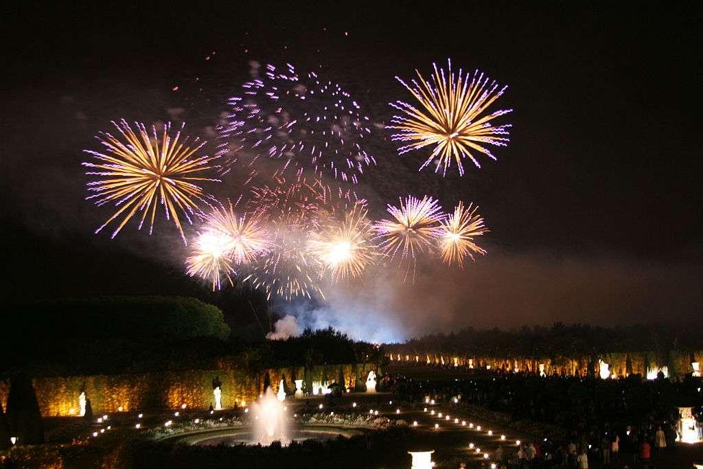 Les Grandes Eaux Nocturnes font partie des spectacles donnés au château de Versailles à la belle saison. © Crochet.david, Wikimedia Commons, cc by sa 3.0