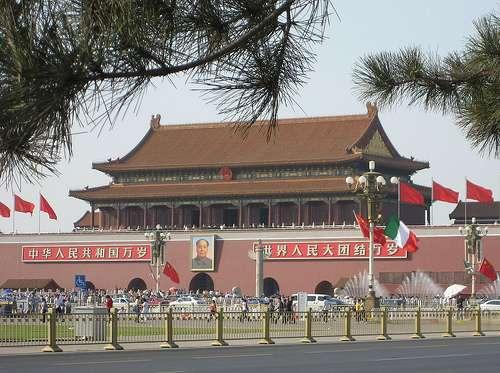 Le portrait de Mao-Zedong figure sur l'un des murs d'enceinte de la Cité interdite de Pékin. © Houbazur, Flickr, cc by sa 2.0