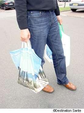 Les sacs réutilisables sont une bonne idée, mais ils doivent être lavés pour éviter les intoxications alimentaires. © Phovoir