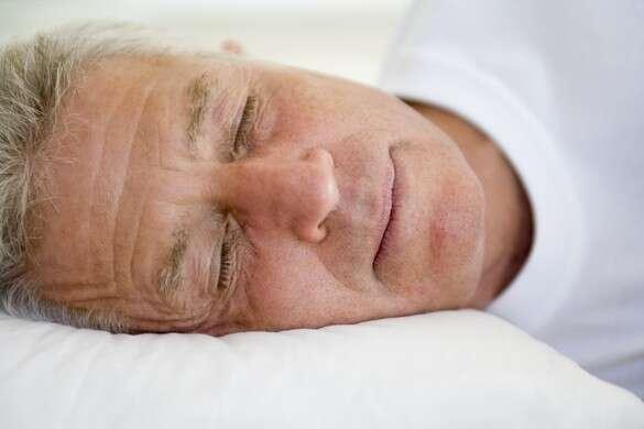 Le risque d'apnée du sommeil est plus grand pour les personnes âgées et pour les individus en surpoids, en particulier les femmes enceintes ou ménopausées. Fatigue, manque de concentration et maux de tête sont des conséquences connues, et ce syndrome augmente aussi le risque de maladie cardiovasculaire. © Phovoir