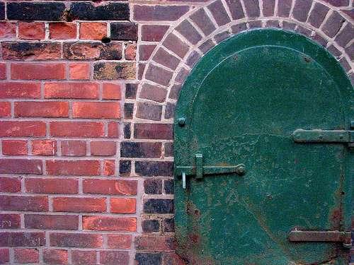 Le loquet permet de fermer une porte grâce à une tige et une pièce métallique. © Mmarsolais, CC BY-NC-ND 2.0, FlickR