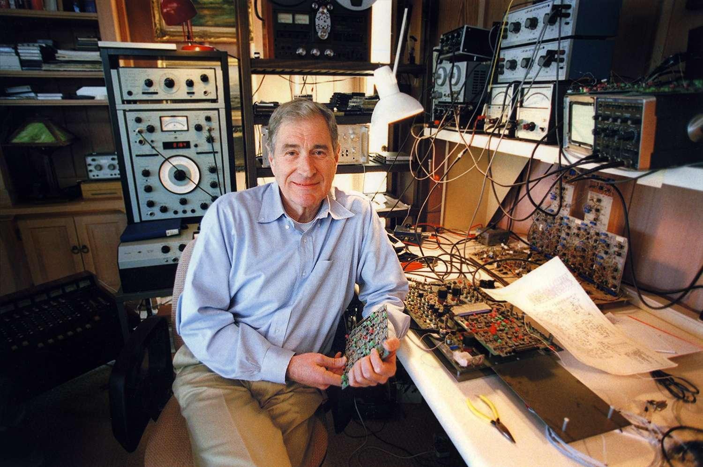 Ray Dolby est né en 1933 aux États-Unis. Ingénieur et docteur en physique, il a inventé la technologie de réduction du bruit de fond (qui porte son nom) en 1965. Le son Dolby a révolutionné l'industrie du disque et du cinéma tant pour les professionnels que le grand public. © Dolby Laboratories