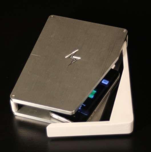 Un prototype du boîtier PhoneSoap. Il renferme une lampe UV-C qui, selon ses concepteurs, peut détruire 99,9 % des bactéries présentes sur l'écran d'un smartphone. L'appareil fait également office de chargeur avec une prise micro USB et un connecteur 30 broches pour les modèles d'iPhone antérieurs à l'iPhone 5. © PhoneSoap/KickStarter