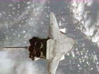 Rotation de la navette afin d'inspecter son bouclier thermique. Capture NASA-TV.