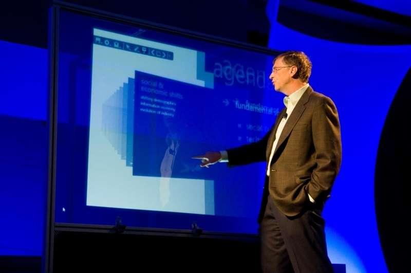Bill Gates devant le Touch Wall au CEO Summit Show 2008 © Microsoft