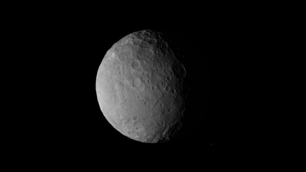 Les premiers clichés de Cérès sont prometteurs, montrant, semble-t-il, des cratères au relief atténué. Cela pourrait indiquer des fractures importantes et une possible activité interne et par déduction, voire donner des indices de la présence d'un océan souterrain. © Nasa/JPL-Caltech/UCLA/MPS/DLR/IDA