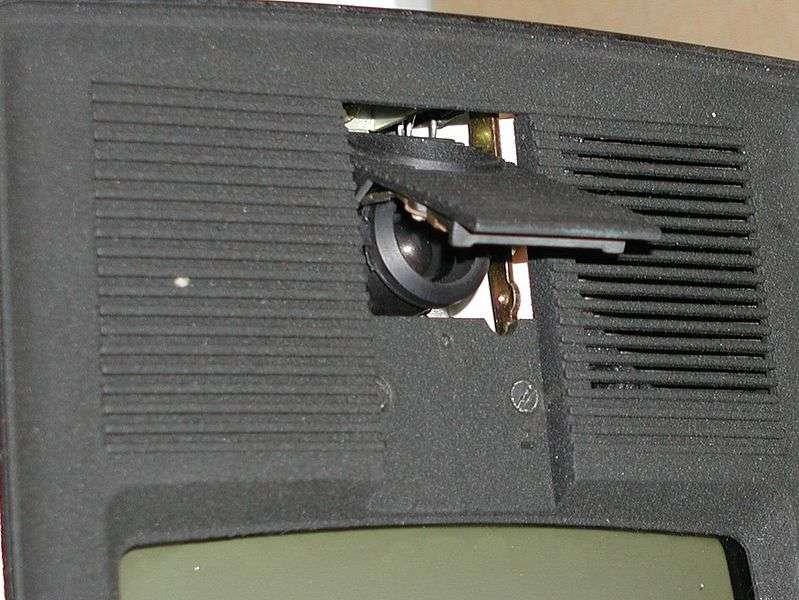 Le visiophone sans fil est l'outil indispensable pour les personnes seules ou âgées qui peuvent surveiller les entrées sans se déplacer. © Harryzilber, Wikimedia Commons, CC BY 3.0