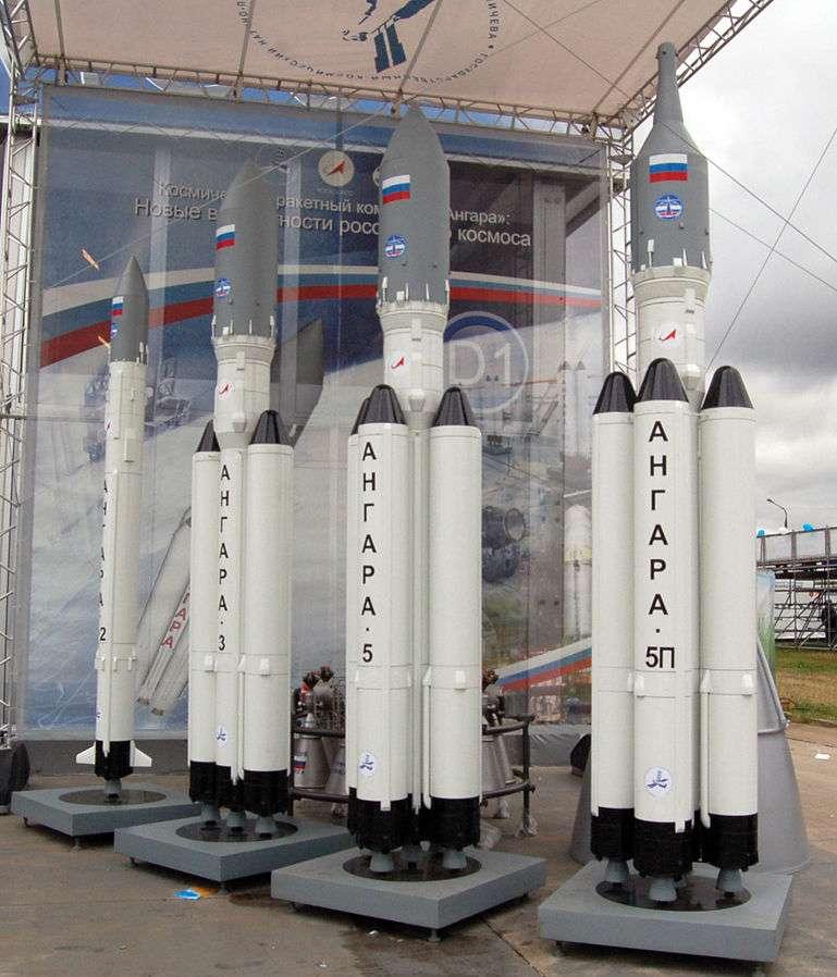 La famille Angara s'apprête à remplacer les Proton de l'ère soviétique, parvenus au terme de leurs évolutions possibles. Ces nouveaux lanceurs sont modulaires avec un premier étage commun, comme on le voit sur ces maquettes, exposées en 2009 à Moscou. © Allocer / Creative Commons Attribution-Share Alike 3.0 Unported