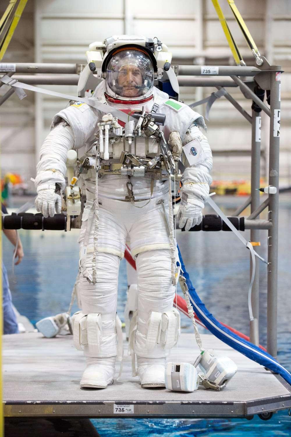 L'astronaute Luca Parmitano teste sa combinaison, à l'entraînement au centre spatial Johnson de la Nasa. © JSC, Nasa