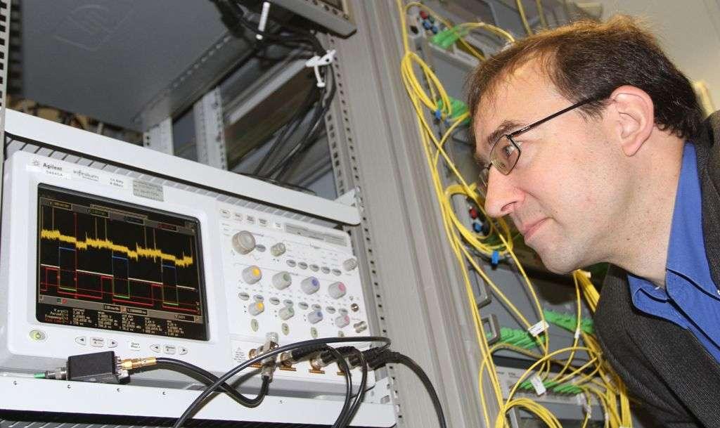 Jürg Leuthold en train de contrôler la transmission d'informations. © Gabi Zachmann