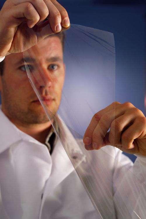 Un chercheur montrant un film transparent recouvert de nanotube de carbone. Crédit Unidym