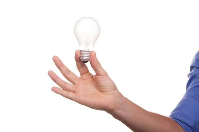 Grâce au projet Smart n Plug, il sera possible de commander à distance des prises de courant et donc d'allumer ou d'éteindre n'importe quelle lampe. © niekverlaan, Pixabay, DP