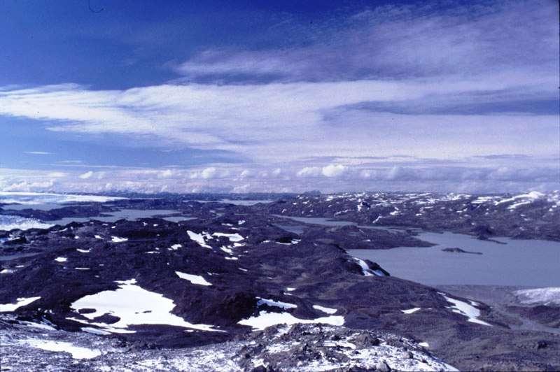 Une vue aérienne de la région d'Isua où se trouvent les serpentinites contenant peut-être des traces de l'origine de la vie avec des volcans de boue. © 2011 University of Washington