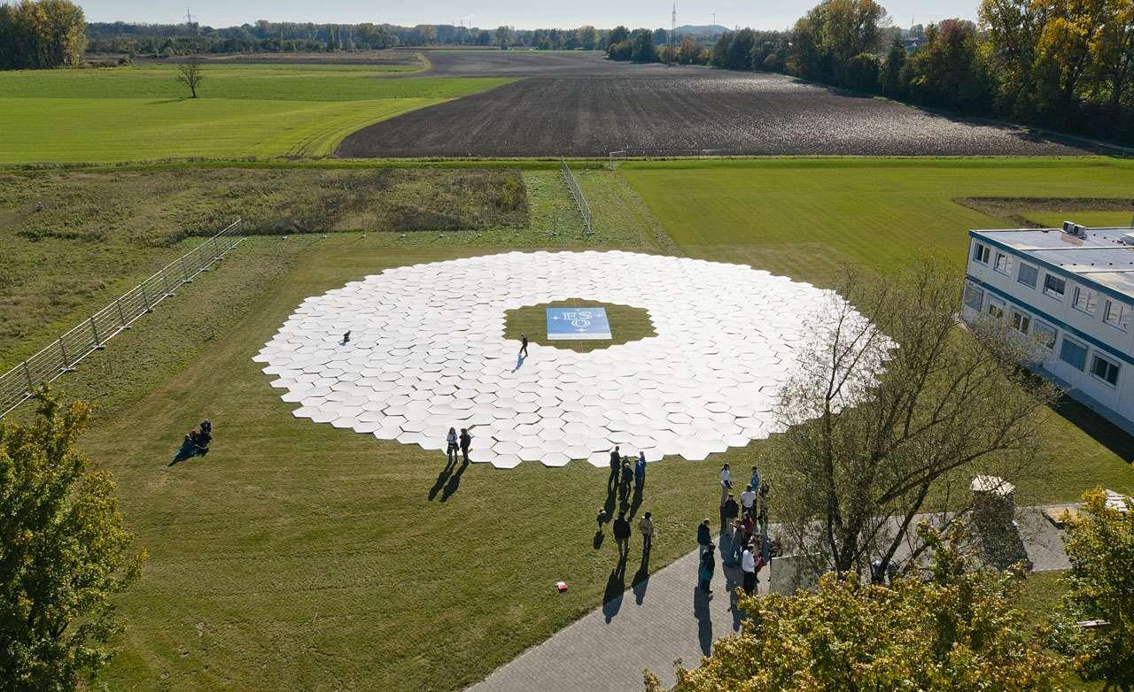 798 hexagones en carton ont été assemblés par le public au siège de l'ESO pour représenter le miroir géant du futur télescope E-ELT. © ESO