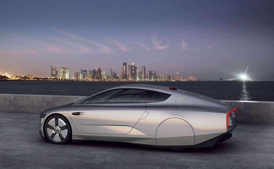 La XL1 en vue d'artiste tout à fait réaliste. On remarque l'aérodynamisme, qui va jusqu'à l'abandon des rétroviseurs, remplacés par des caméras et des écrans. Pour alléger le tout, la carrosserie est en carbone et les roues en magnésium. Quant au réservoir, il ne contient que 10 L de carburant. © Volkswagen