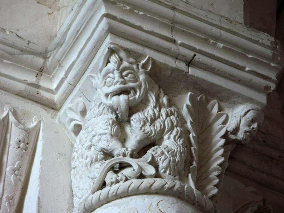 L'astragale désigne la moulure en forme de boudin entre le chapiteau et la colonne. Sur la photo, on voit nettement l'astragale juste en dessous du chapiteau dans l'église de Lucheux. © Markus3 (Marc ROUSSEL), CC BY-SA 3.0, Wikimedia Commons