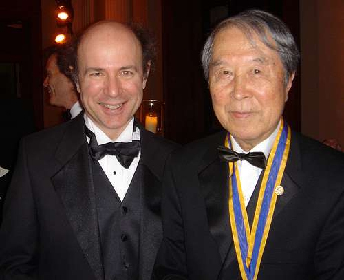 Deux géants du modèle standard de la physique des particules : les prix Nobel Frank Wilczek (à gauche) et Yoichiro Nambu (à droite). Tous deux ont contribué à la théorie des forces nucléaires fortes entre quarks appelée chromodynamique quantique (QCD). © Betsy Devine