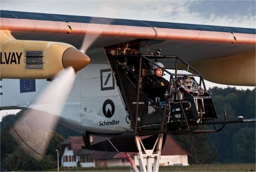Bertrand Piccard lors de son premier vol dans l'avion solaire HB-SIA en juillet 2011. Le carénage du cockpit est absent. © Solar Impulse