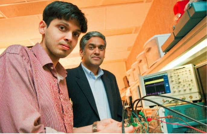 Au premier plan, Saurav Bandyopadhyay, étudiant doctorant en compagnie du professeur Anantha Chandrakasan. Tous deux ont mis au point une puce captant simultanément l'énergie de trois sources différentes. © MIT