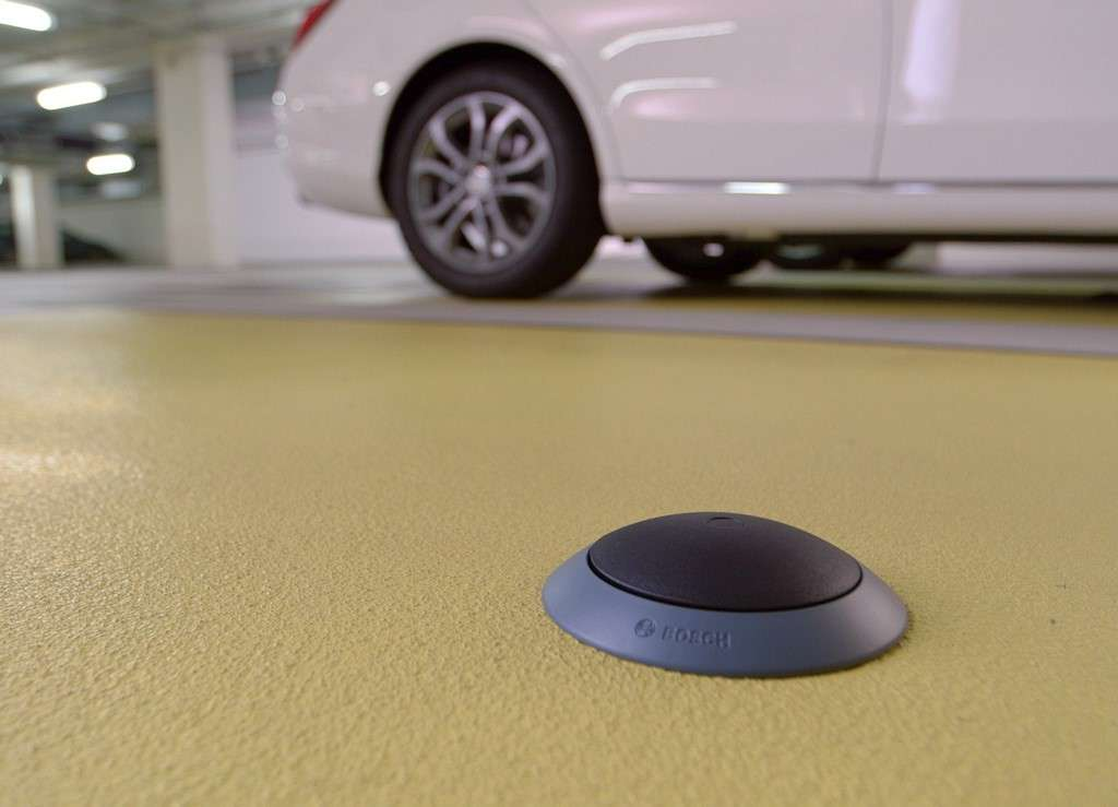 Le capteur développé par Bosch surveille l'occupation d'une place de stationnement et transmet l'information à un serveur. Grâce à une application mobile, les automobilistes peuvent savoir où se trouvent les places de parking libre avant même de prendre la route. © Bosch