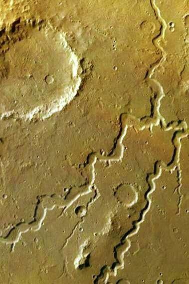 Vue de la région de Xanthe Terra dans les hautes terres martiennes enregistrée durant l'orbite 905 de la sonde européenne Mars Express le 3 octobre 2004. Deux vallées se rejoignent et se poursuivent vers le nord, tout en devenant plus étroites. Crédit Esa