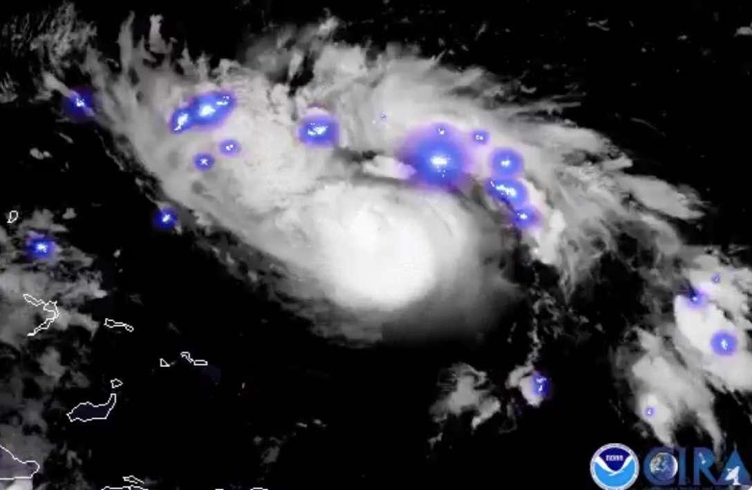 L'ouragan Dorian agité de violents orages aux premières heures du 30 août 2019, vu par le satellite GOES-East de la NOAA, peu avant qu'il ne passe catégorie 5 le 1er septembre et frappe les Bahamas (terres à gauche sur l'image), où il a provoqué des dégâts considérables. © NOAA