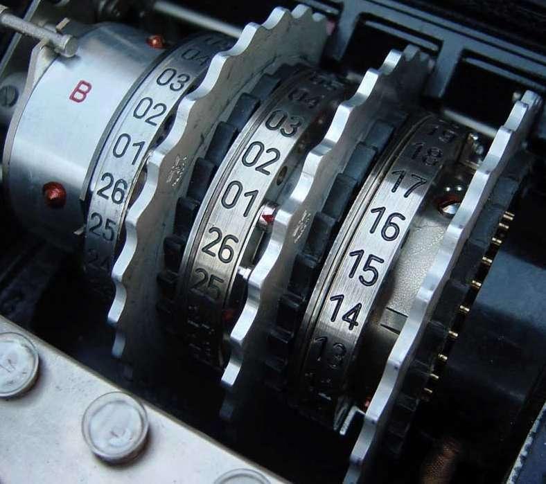 Enigma est une machine électromécanique portable d'origine allemande, faisant appel à des rotors montés sur cylindres pour le chiffrement et le déchiffrement de l'information. © Bob Lord, cc by sa 3.0