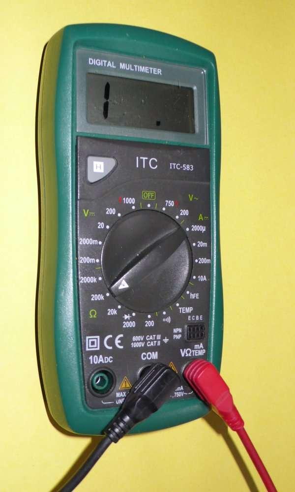 Un multimètre, instrument permettant différentes mesures de caractéristiques électriques, ici positionné en fonction ohmmètre. Pour calculer la résistance, l'instrument impose une tension et mesure le courant, ou bien génère un courant et mesure la tension. © Futura-Sciences