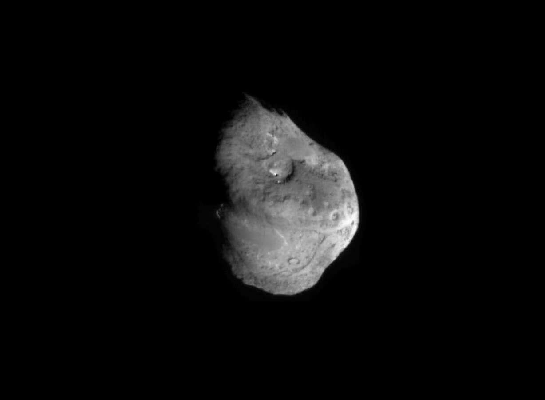 La comète Tempel 1 photographiée par la sonde Deep Impact en 2005. © Nasa