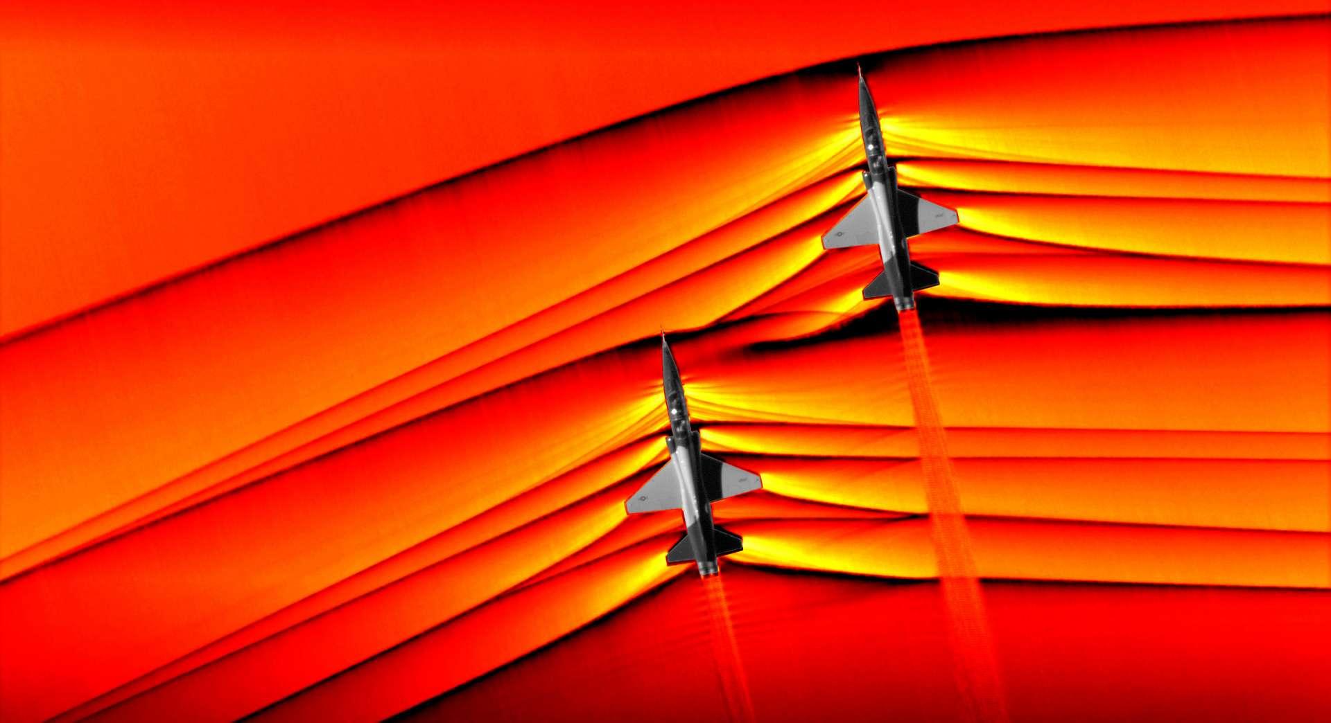 Photo diffusée par la NASA le 5 mars 2019 montrant deux appareils T-38 volant en formation à une vitesse supersonique. © HO - Nasa/AFP
