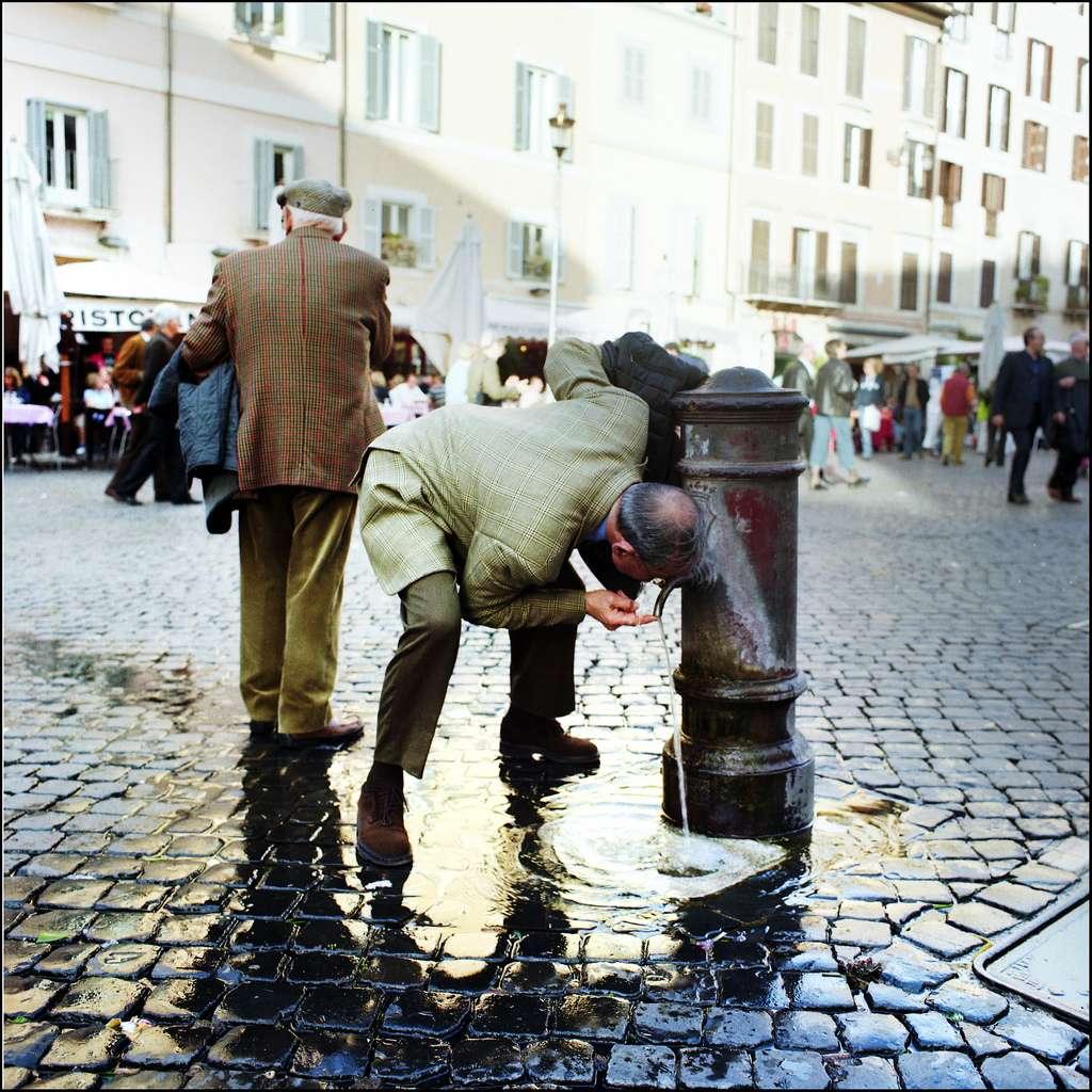 Les personnes âgées sont particulièrement vulnérables lors de ces épisodes de chaleur. Il ne faut surtout pas qu'elles oublient de boire régulièrement, même si elles ne ressentent pas la soif. © Maz Hewitt, Flickr, cc by nc 2.0