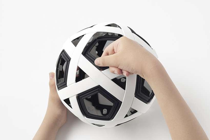 Nendo et Molten ont développé un véritable ballon en kit, à monter soi-même et qui ne risque pas de se dégonfler. © Akihiro Yoshida, Nendo Molten