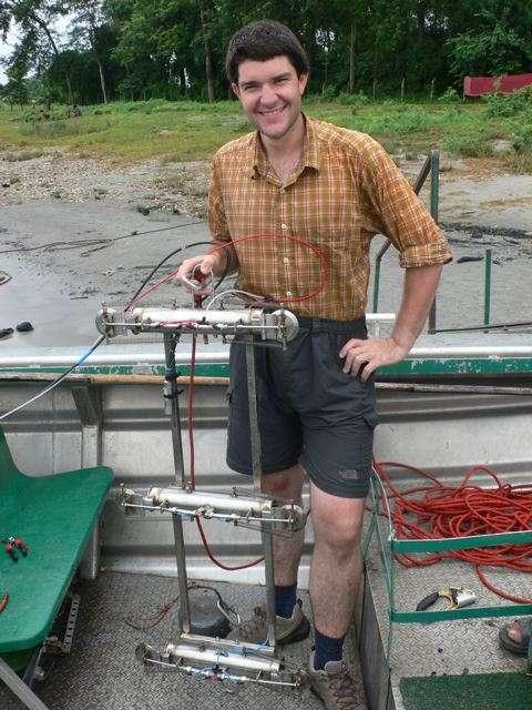 Valier Galy, géologue et amateur d'alpinisme, s'est fait trekkeur pour analyser les cours d'eau himalayens. On le voit ici en pleine action avec un échantillonneur de sédiments. © C. France-Lanord / CNRS 2007