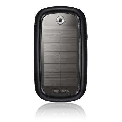 Le tout nouveau Samsung Blue Earth, vu de dos, montrant ses cellules solaires (une heure au soleil ou sous une lampe donne droit à 25 minutes de communication). Son chargeur obéit déjà au standard UCS. © Samsung