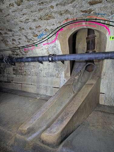 Le tuyau en fonte est très utilisé dans les canalisations souterraines. © Esprit de sel, CC BY-ND 2.0, Flickr
